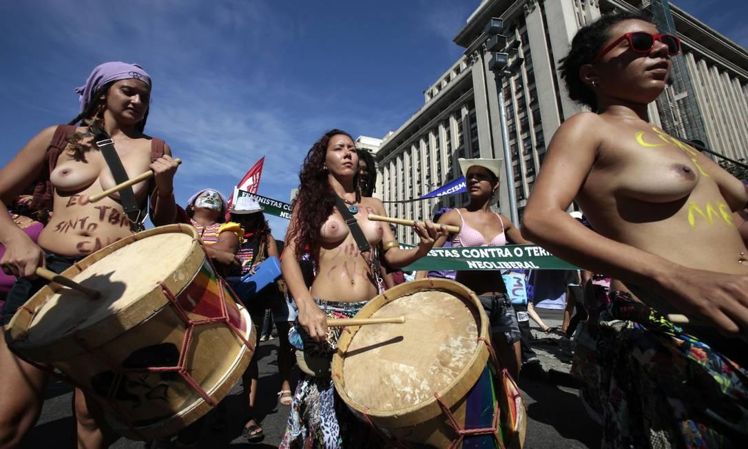 Durante a manhã, uma manifestação de mulheres que participam da Cúpula dos Povos complicou o trânsito no Centro do Rio Sergio Moraes / Reuters