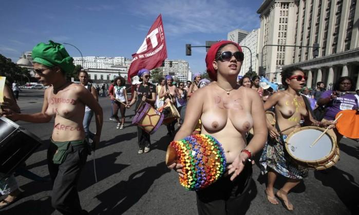 Manifestantes passam pela Avenida Presidente Antônio Carlos Sergio Moraes / Reuters