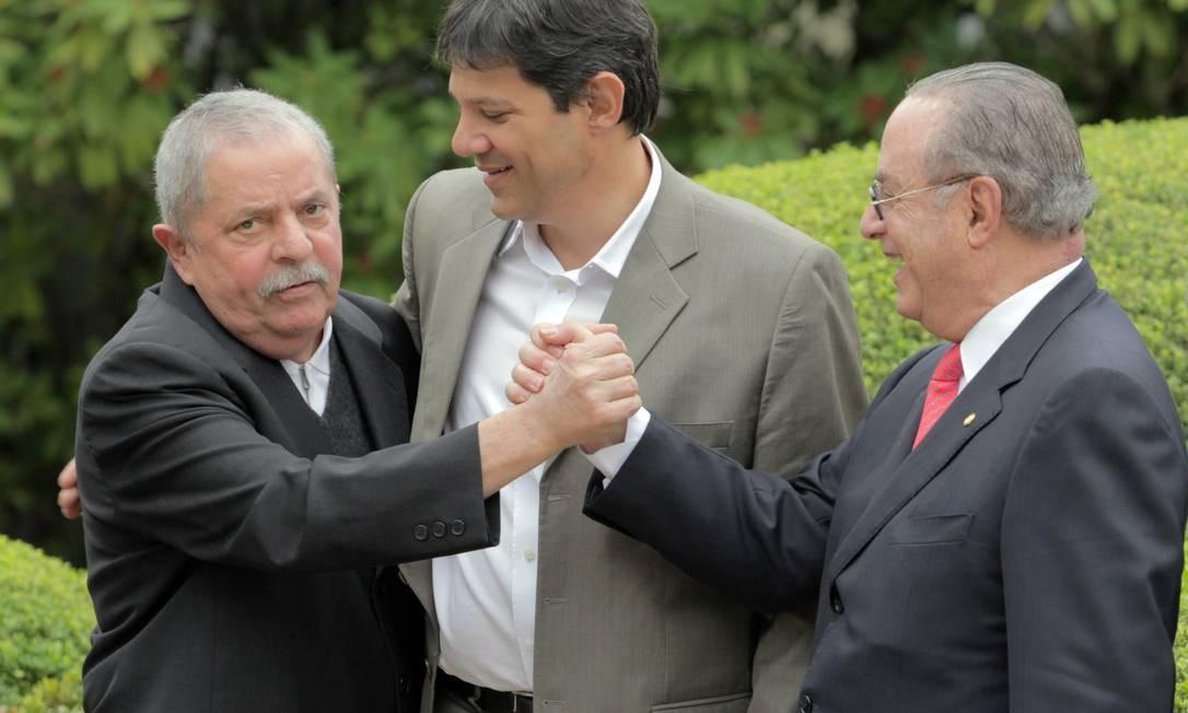 Lula cumprimenta Paulo Maluf ao lado de Fernando Haddad Foto: Agência O Globo / Eliária Andrade