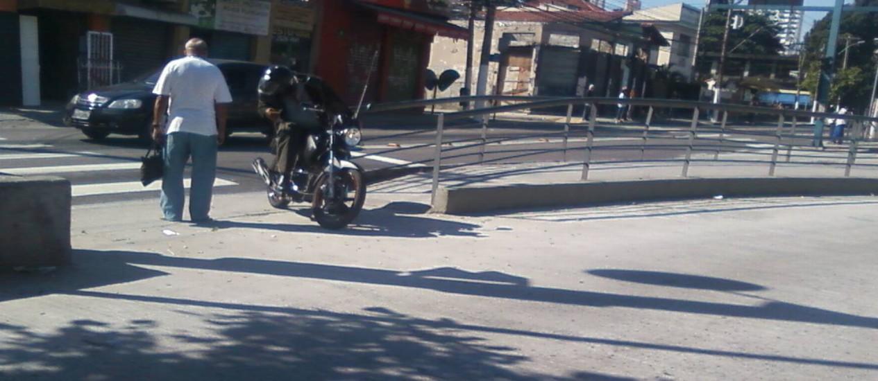 Motoqueiros cruzam irregularmente a Estação de Ônibus Nossa Senhora das Mercês, na Alameda São Boaventura, no Fonseca Foto: Gabriel Cariello
