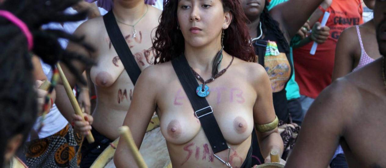 Jovem participa da Marcha das Mulheres, no Centro do Rio Foto: Paulo Nicolella / Agência O Globo