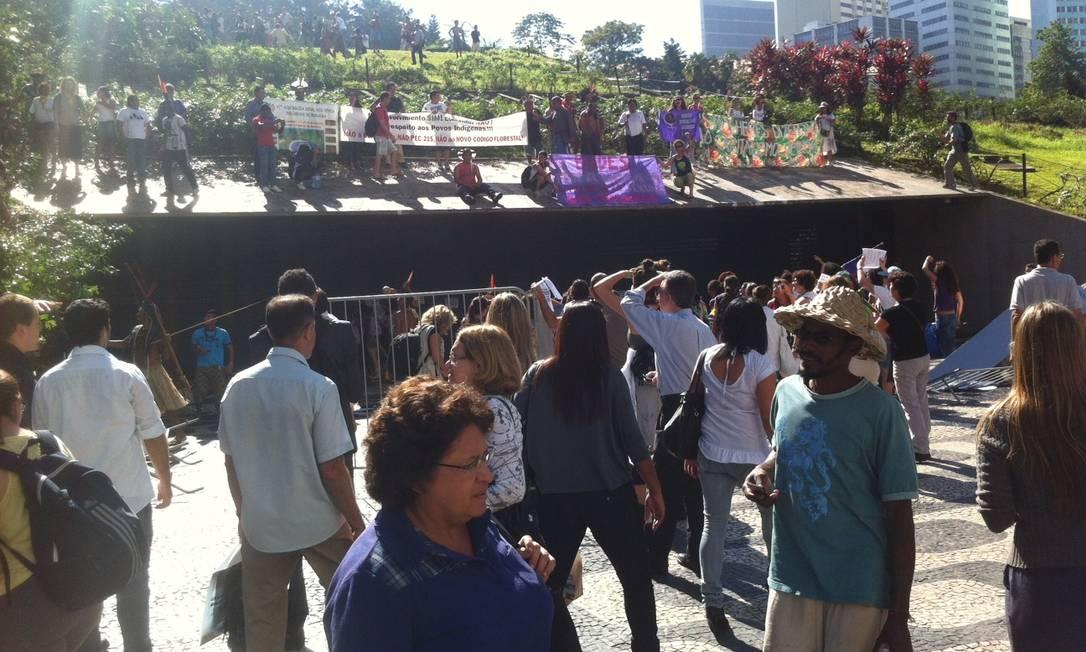 Índigenas ocupam gramado em frente à sede do BNDES, no Centro do Rio Foto do leitor Gabriel Couto / Eu-repórter