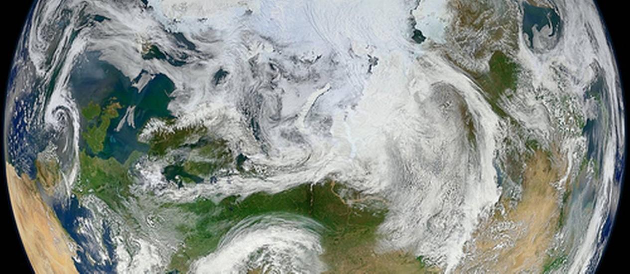 A Terra vista de cima do Ártico, em nova imagem com base em dados do satélite Suomi NPP, da Nasa Foto: Nasa