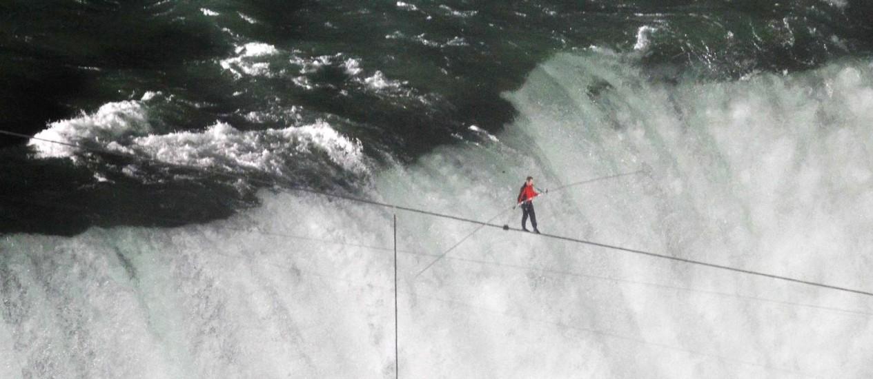 Nik Wallenda atravessa as cataratas de Niagara na corda bamba Foto: Reuters