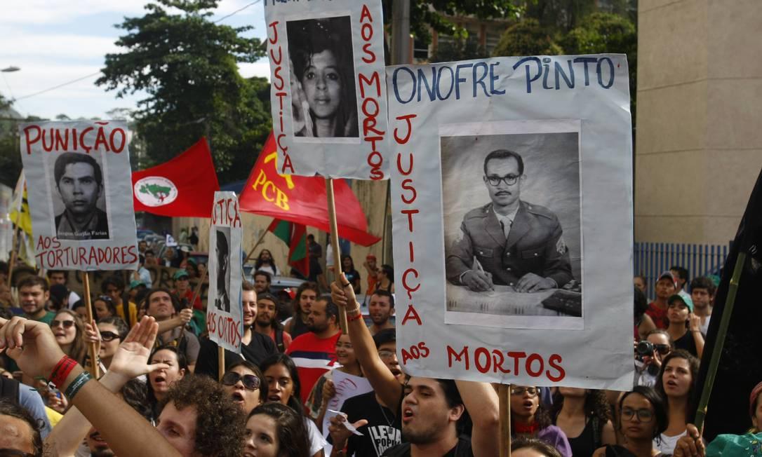 Cartazes e bandeiras foram erguidos durante o protesto Agência O Globo / André Teixeira