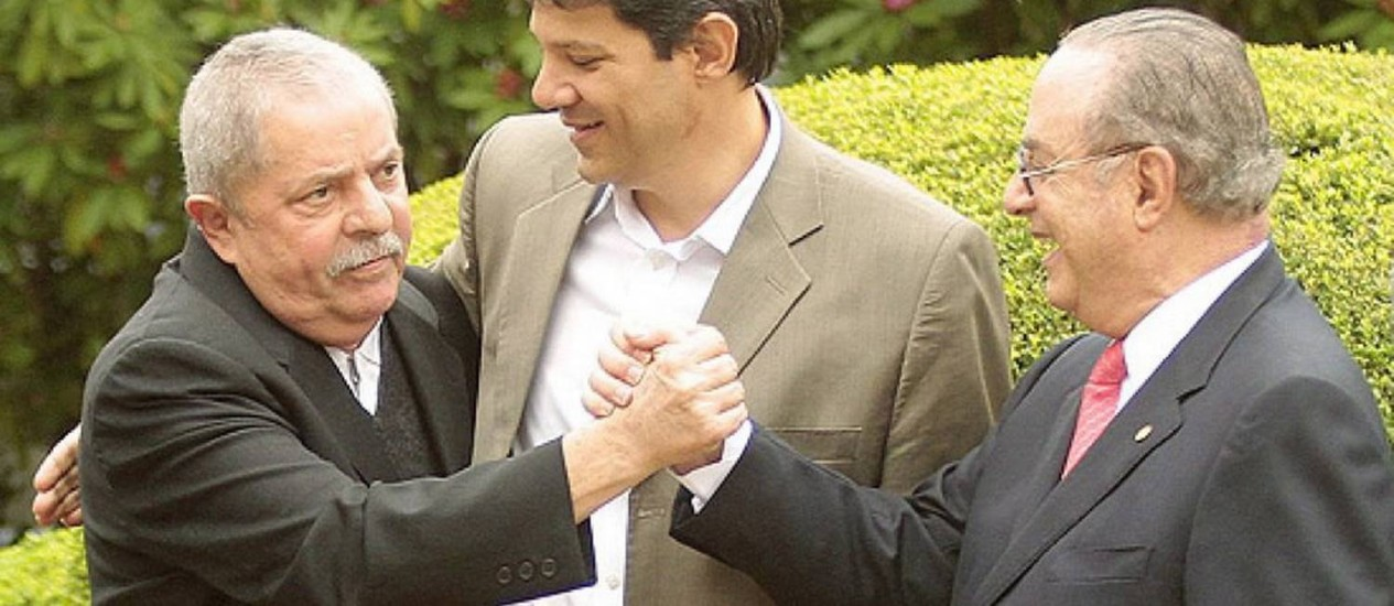 Aperto de mão entre os dois gerou polêmica Foto: Agência O Globo / Eliária Andrade / 18.06.2012