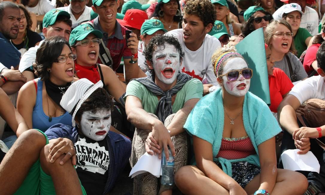 Manifestantes pintados de palhaço durante protesto contra torturadores Agência O Globo / Eduardo Naddar