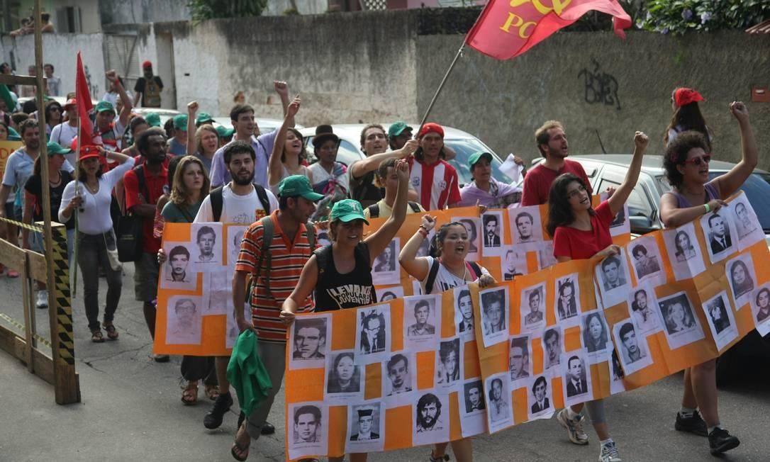 Cartazes com fotos de presos políticos foram levados para o protesto Agência O Globo / Eduardo Naddar