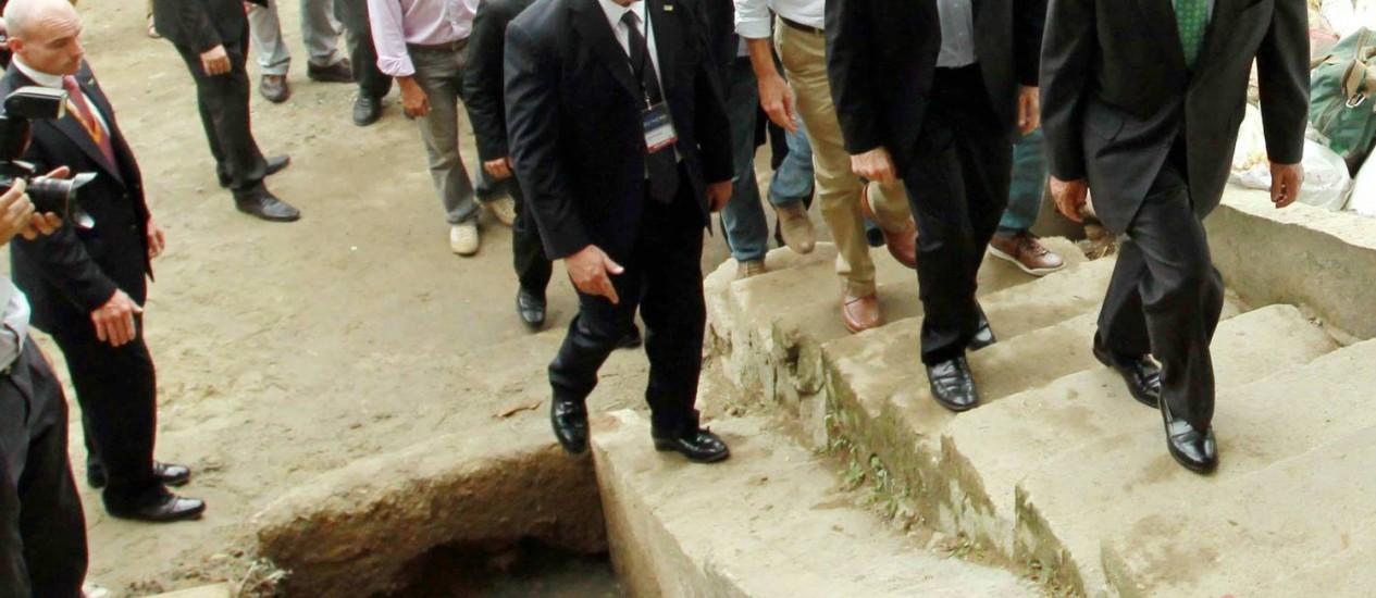 Michael Boomblerg a frente da comitiva em visita ao Morro do Babilônia, no Leme: movimentação na comunidade Foto: Agência O Globo / Gabriel de Paiva