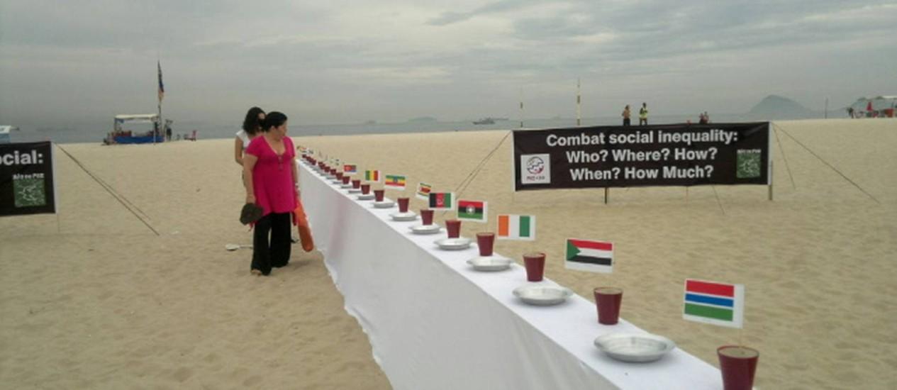 Instalação na Praia de Copacabana é protesto da Rio de Paz contra a fome no mundo Foto: Natália Boere
