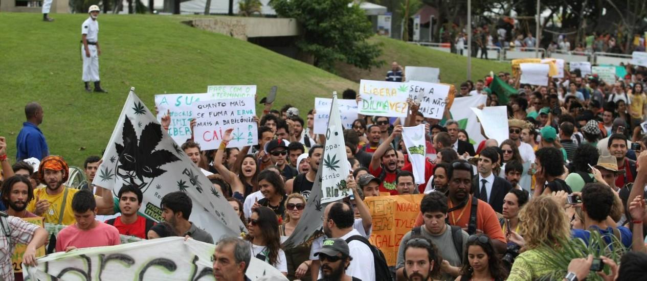 Manifestantes percorrem o Aterro do Flamengo na Marcha da Maconha: passeata reuniu cerca de 500 pessoas, segundo a PM Foto: Agência O Globo / Eduardo Naddar