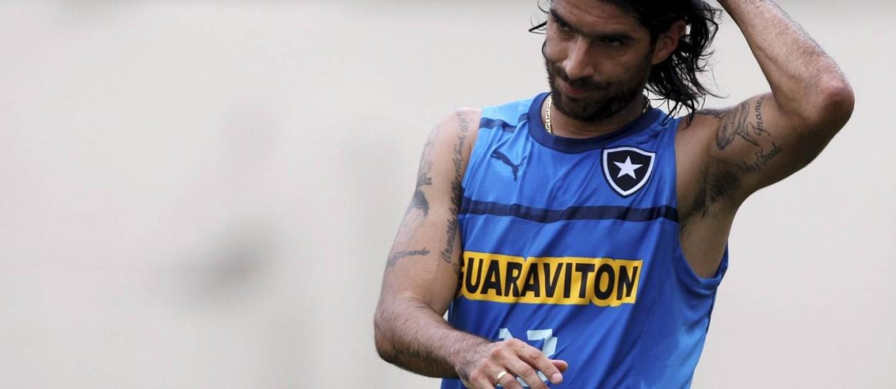 Loco Abreu pode estar deixando o Botafogo Foto: Marcos Tristão / Arquivo O Globo