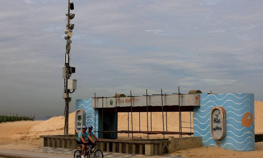 Poste com várias antenas de telefonia móvel junto à faixa de areia em frente ao Jardim de Alah, entre Ipanema e Leblon Foto: Angelo Antônio Duarte / O Globo