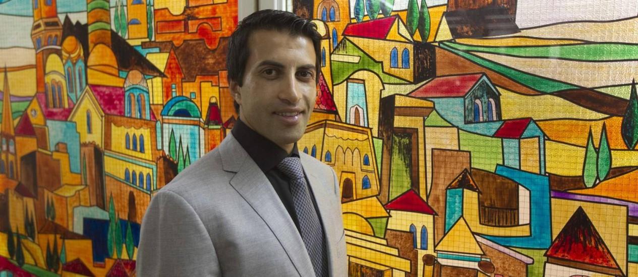 Mosab Hassan Yousef posa para foto antes de uma conferência em Jerusalém Foto: Ronen Zvulun/Reuters