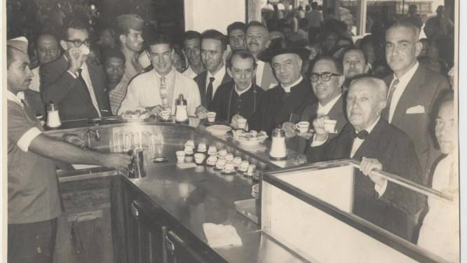 Pausa para um cafezinho no mercado, na década de 60 Foto: Divulgação