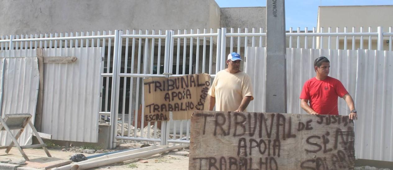 Operários protestam contra a falta de pagamento em Arraial Foto: Walmor Freitas / O Globo