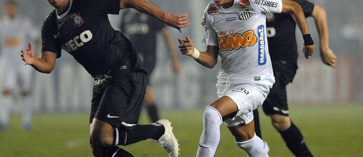 Neymar tenta passar por Ralf no primeiro jogo da semifinal na Vila. Santos precisa de dois gols de diferença para avançar para a final Foto: Nelson Almeida / AFP