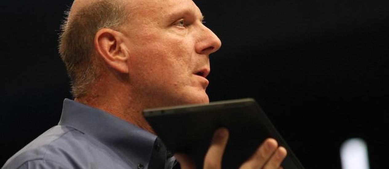 Steve Ballmer, presidente da Microsoft, mostra novo Surface, em Los Angeles, California Foto: Reuters