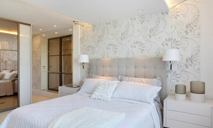 O quarto do casal ganhou decoração bem clara, papel de parede floral e closet de 20 metros quadrados Divulgação