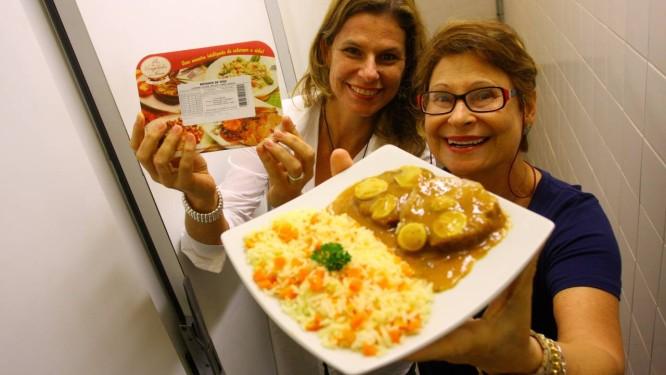 Adriana Carpegiani e sua mãe Sônia Maria Martins, proprietárias do Congelados da Sônia: redução do consumo de energia em até 30% Foto: Agência O Globo / Rafael Moraes