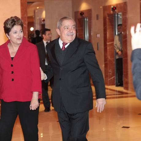 """A presidente Dilma Roussef encontra-se com o ex-presidente Lula, no Hotel Windsor Barra, brincam ao posar para fotógrafos: """"foto ambientalmente correta"""", brincou Lula Foto: Berg Silva/Divulgação"""