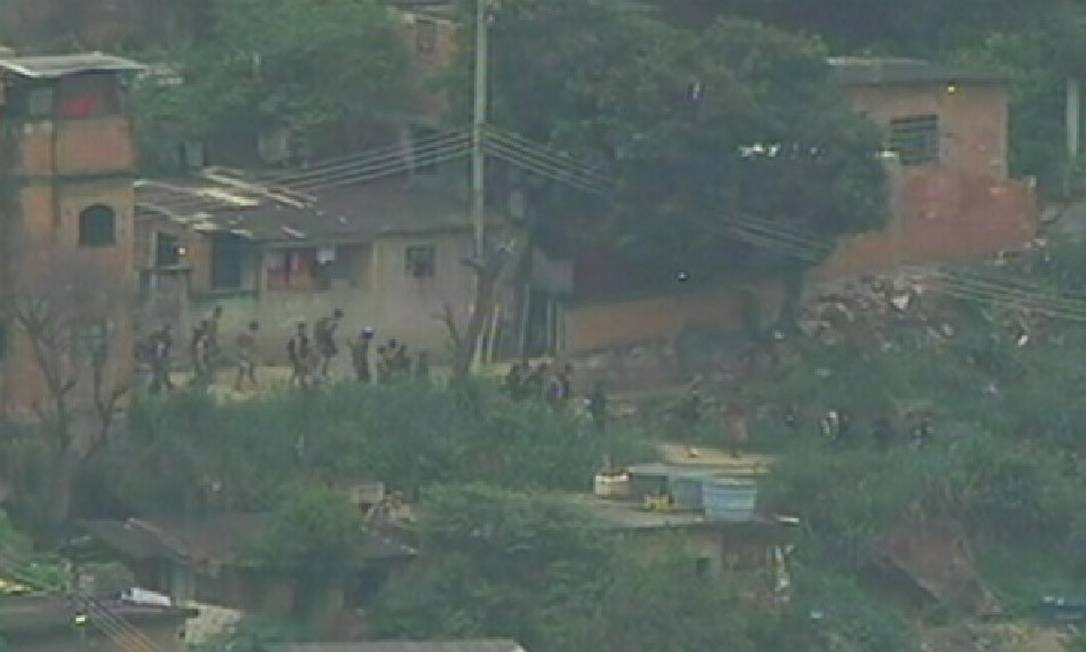 Durante a ocupação da Vila Cruzeiro, em 2010, bandidos fogem de forma desordenada pela Serra da Misericórdia até chegar à Favela da Grota: ocupação foi uma reação a uma série de ataques do tráfico Foto: Agência O Globo