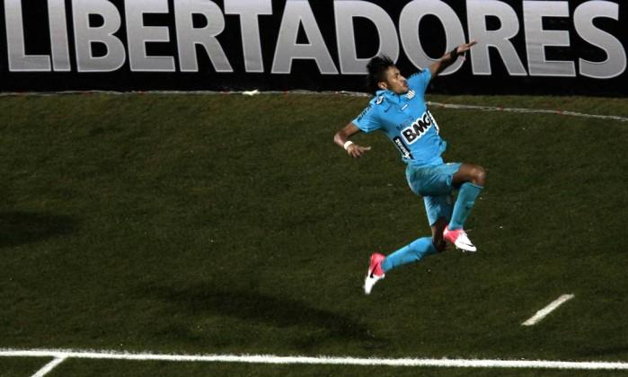 Com direito a pulo e soco ao estilo Pelé AFP