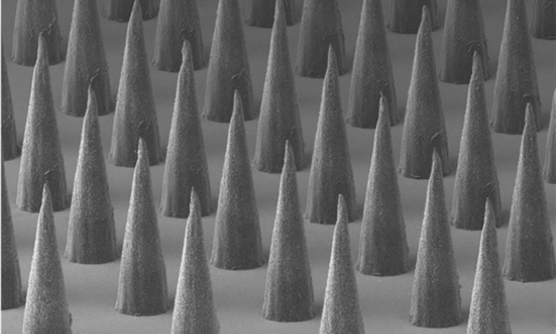 Esta revela uma matriz de microagulhas feitas de um polímero biodegradável. Os cientistas têm demonstrado que estes materiais podem ser usados para fornecer vacinas e agentes terapêuticos para as camadas exteriores da pele de uma maneira segura e indolor Peter DeMuth
