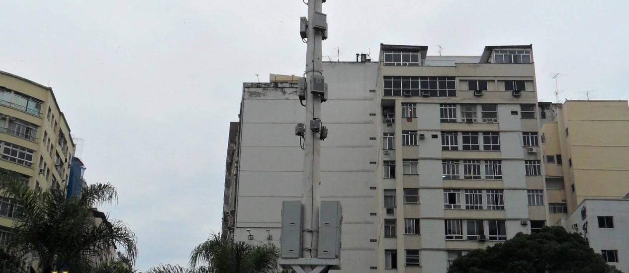 Antena da empresa Vivo foi instalada na praça Demétrio Ribeiro, em Copacabana Foto: Foto do leitor Horácio Magalhães Gomes / Eu-Repórter