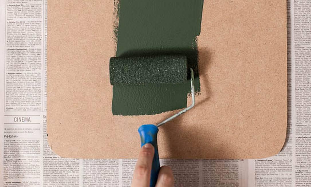 Passe duas demãos de tinta de lousa escolar na tábua de MDF Divulgação