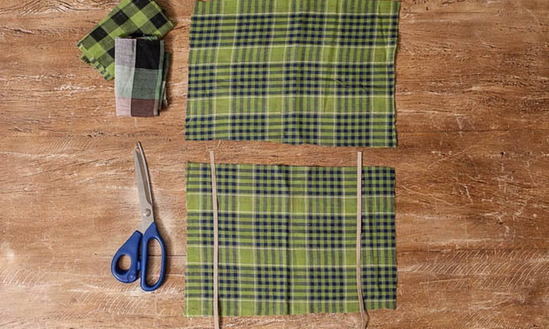Recorte dois retângulos de tecido, cada um com dois dedos a mais que a tábua, em cada lateral Divulgação
