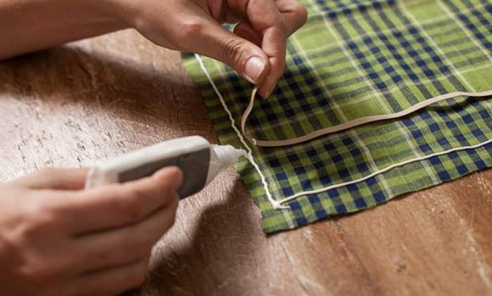Posicione o outro recorte do tecido sobre o de baixo, com a parte correta do tecido para baixo. Pressione bem, e não fique descolando e ajeitando o tecido. Aplique um sobre o outro de forma certeira, pressione todos os lados e deixe secar por uma hora Divulgação