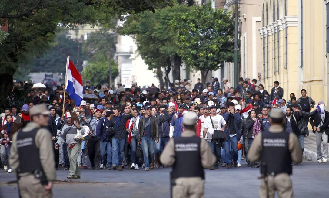 Manifestantes a favor de Fernando Lugo realizam protesto em frente ao Congresso, onde há forte policiamento Foto: Marcos Brindicci/Reuters