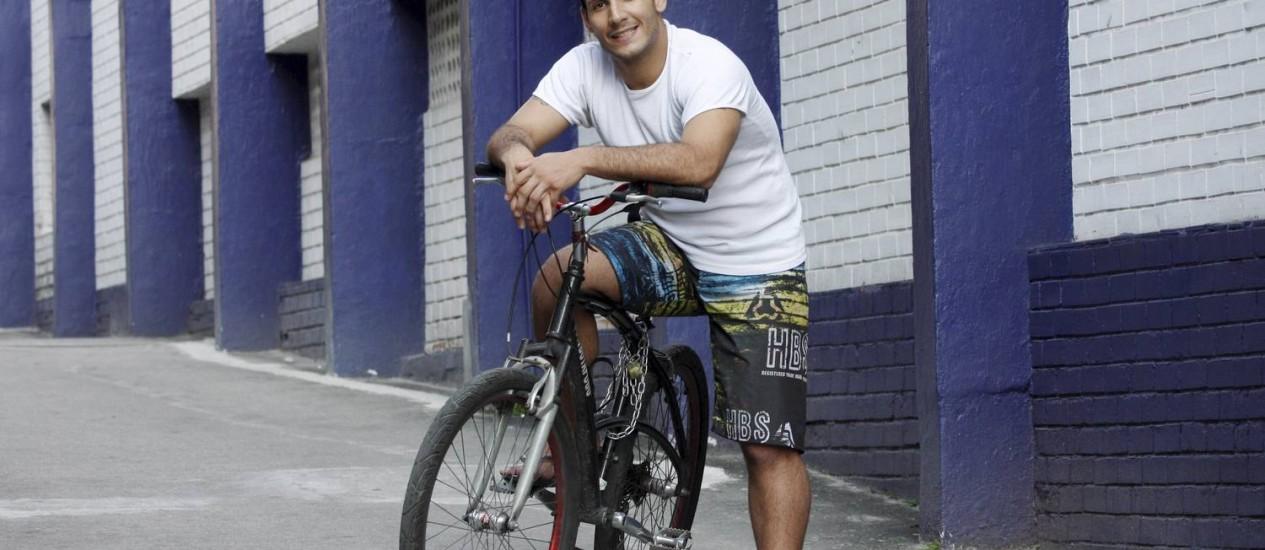 """Albano Gonçalves e sua bicicleta, companheiros inseparáveis: """"Pedalar é sinônimo de economizar tempo e cuidar da saúde"""" Foto: Fernanda Dias"""