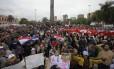 Manifestantes a favor de Fernando Lugo se reúnem em Assunção diante do Parlamento, na Praça de Armas