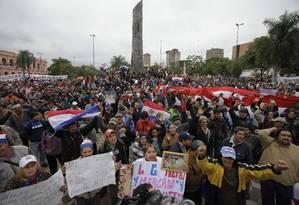 Manifestantes a favor de Fernando Lugo se reúnem em Assunção diante do Parlamento, na Praça de Armas Foto: AP