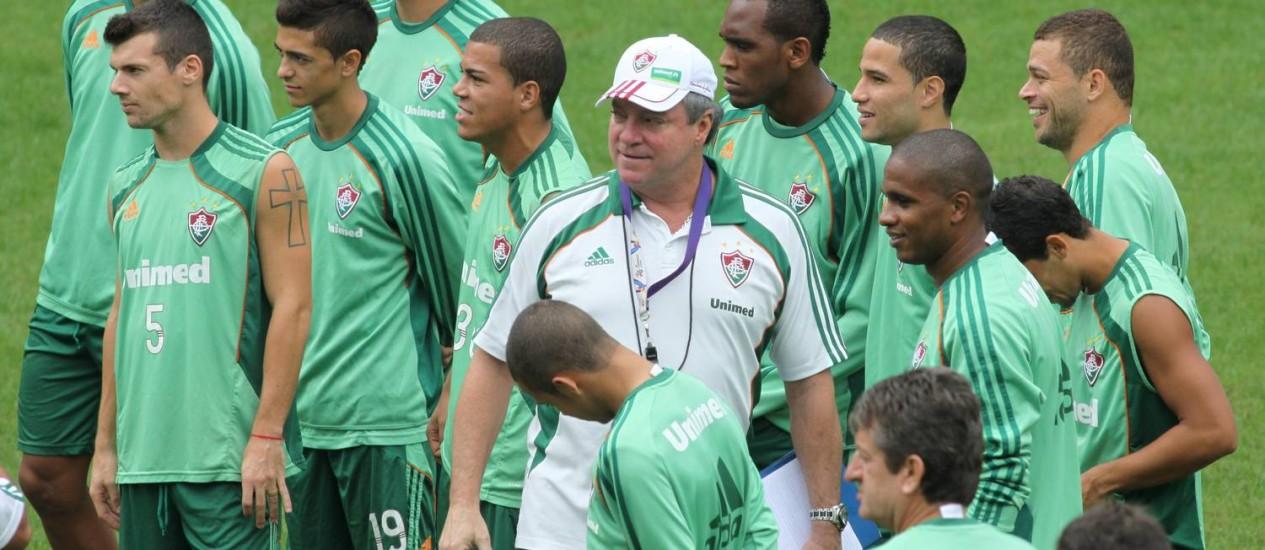 Abel Braga comanda treino entre jogadores do elenco Foto: Paulo Nicolella / O Globo