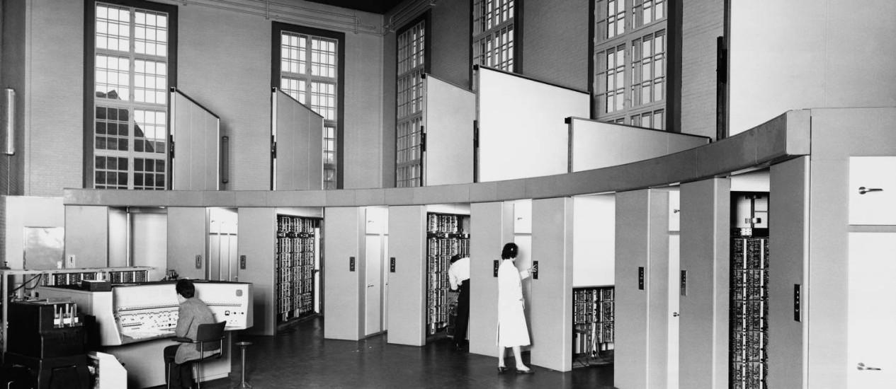 O ACE, primeiro computador eletrônico, foi projetado por Turing em 1946 e ocupava uma sala inteira no Laboratório Nacional de Física do Reino Unido Foto: Arquivo