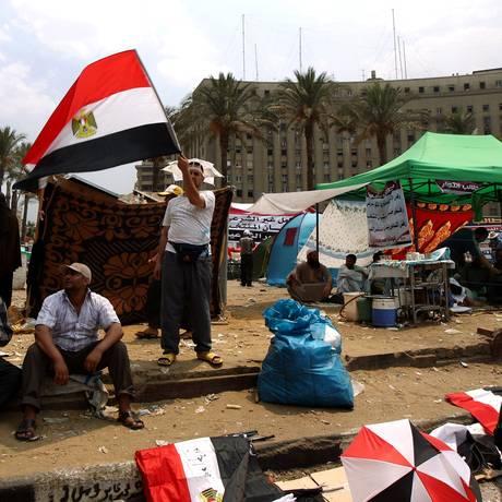 Partidários de Mohammed Morsi estão acampados na Praça Tahrir, no Cairo Foto: MARWAN NAAMANI / AFP