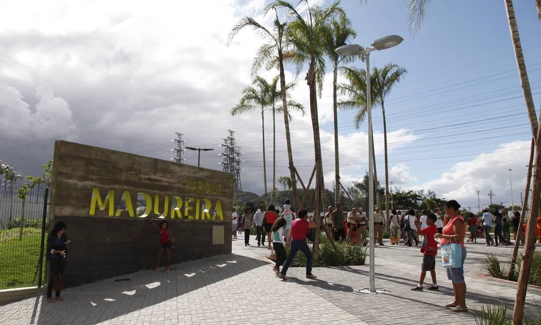 Visitantes se divertem no primeiro dia de funcionamento do Parque de Madureira Foto: Mônica Imbuzeiro / O Globo