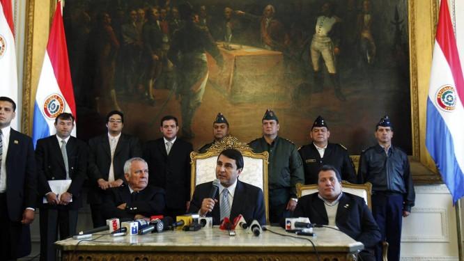 Federico Franco durante a coletiva de imprensa, ao lado do senador Miguel Saguier (esq) e do deputado Salustiano Salinas (dir) Foto: Marcos Brindicci / Reuters