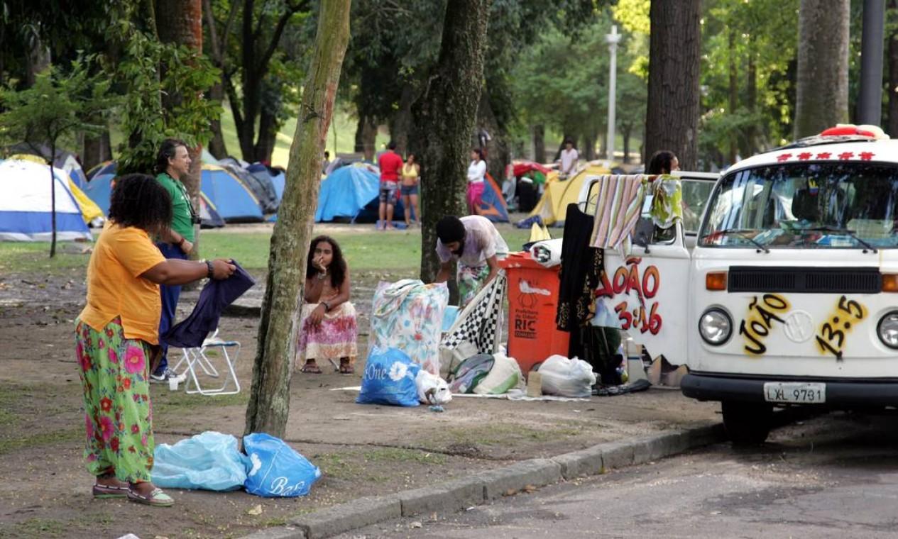 Pessoas se preparam para desocupar um dos acampamentos usados no evento Foto: Pedro Teixeira / O Globo