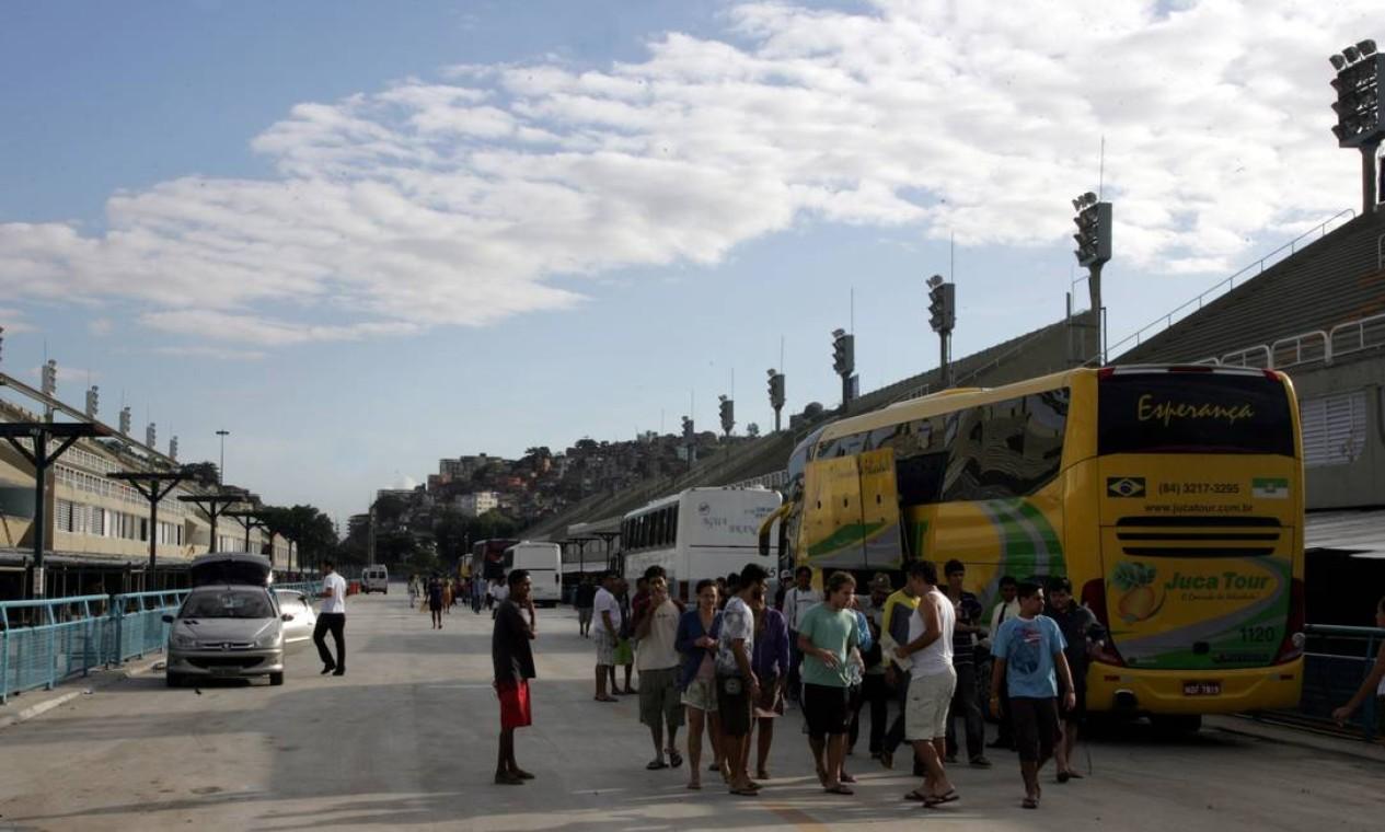 Pessoas deixam o alojamento montado no Sambódromo, no Centro do Rio, no sábado pela tarde Foto: Pedro Teixeira / Agência O Globo