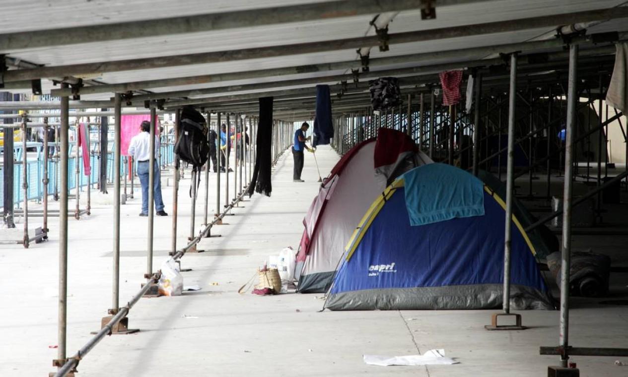 No início da tarde de sábado, muitas barracas ainda estavam montadas na Marquês de Sapucaí Foto: Pedro Teixeira / Agência O Globo
