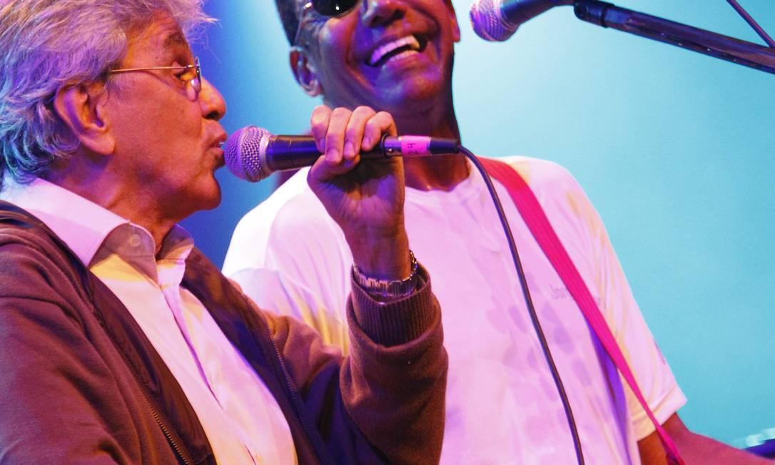Jorge Benjor e Caetano Veloso no festival Balck2Black (2011), no Rio Foto: O Globo / Gustavo Pellizzon