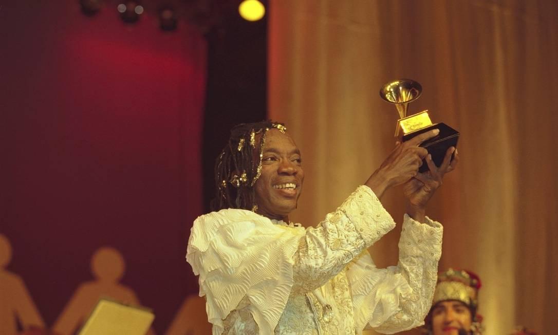 Milton Nascimento recebe Grammy (1998), no Teatro João Caetano Foto: O Globo / Carlos Ivan