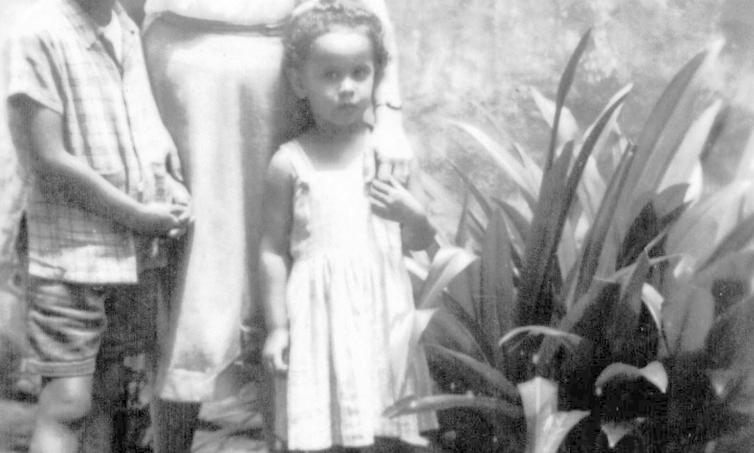 Ainda na infância, Caetano Veloso e Maria Bethânia Foto: Arquivo Pessoal / Arquivo Pessoal