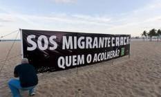 Faixa estendida na Praia de Copacabana alerta para as consequências da proibição da venda do crack Foto: Rafael Andrade