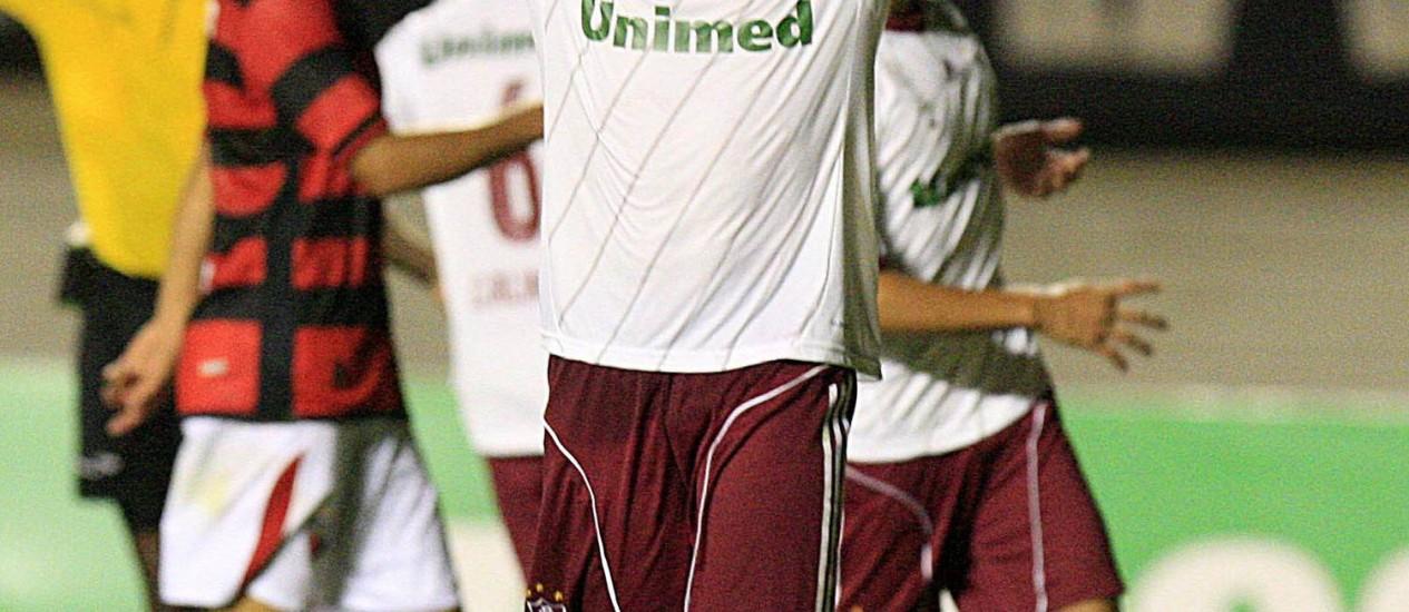 Deco comemora após marcar o quarto gol do Fluminense na goleada sobre o Atlético-GO Foto: Photocamera / Divulgação