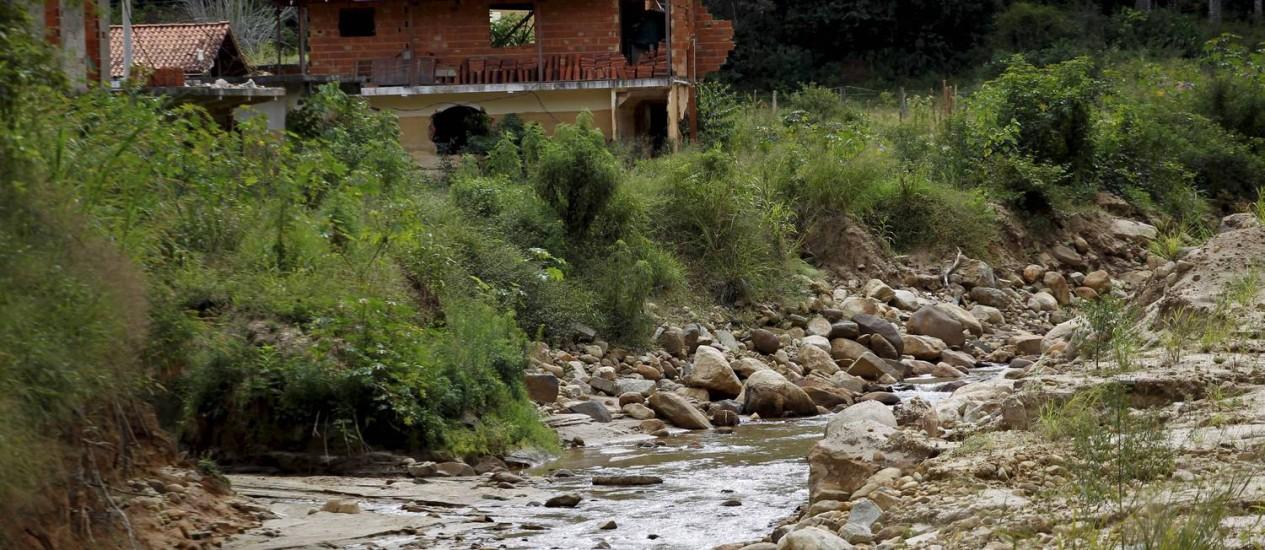 ESCOMBROS DA TRAGÉDIA: uma das casas atingidas pela tragédia de janeiro do ano passado às margens do Rio Cuiabá, em Petrópolis Foto: Marcelo Piu